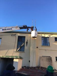 Obras y Redes Eléctricas trabajando en tendido eléctrico auxiliar para alimentar caloventores